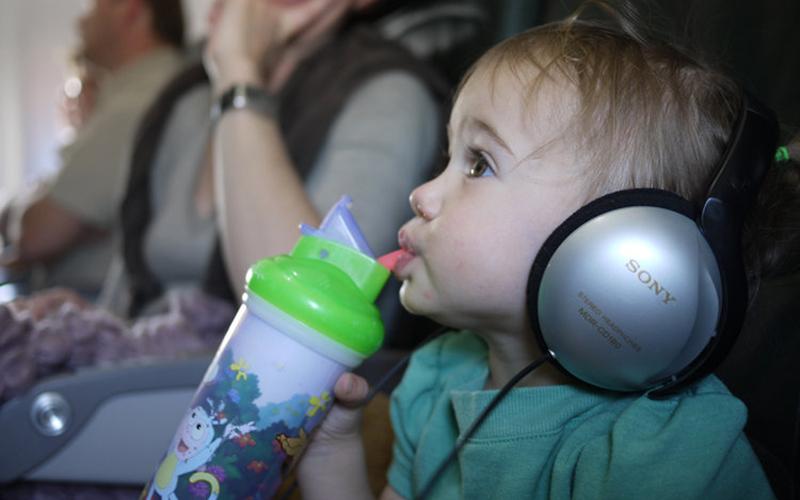 سوارشدن کودک به هواپیما