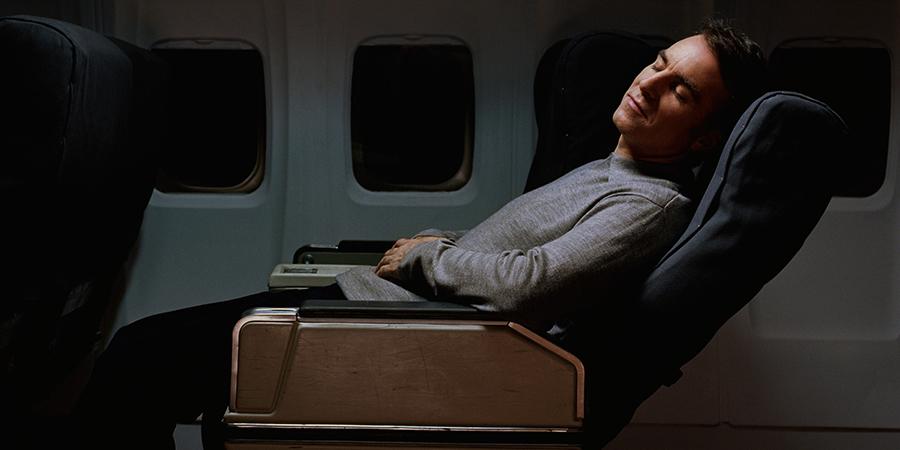 خوابیدن در هواپیما هنگام اوج گرفتن و یا فرود از کارهای ممنوع در هواپیما می باشد