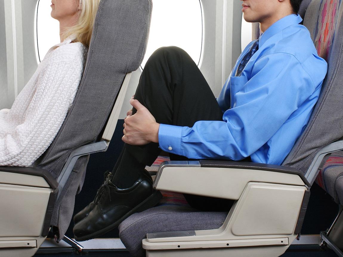 از موارد خطرات هواپیما ترومبوز پا در اثر سفر طولانی مدت در هواپیمایی با فضای جای پای کم است
